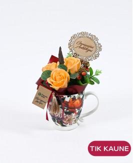 Gėlių rašto puodelis su muilo rožių kompozicija