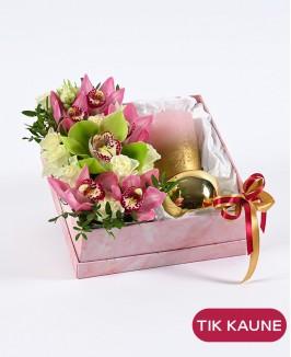 Rožinė gėlių dėžutė su dovanėle