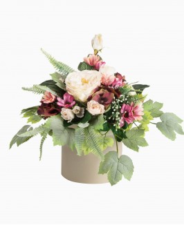 Šviesių gėlių kompozicija dėžutėje