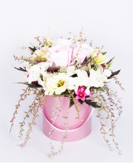 Dirbtinių gėlių kompozicija apvalioje dėžutėje