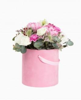 Gėlės rožinėje dėžutėje