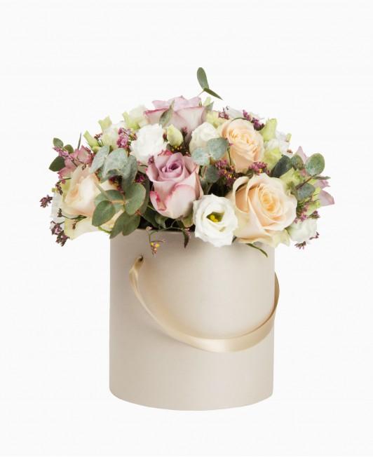 Šviesios gėlės dėžutėje