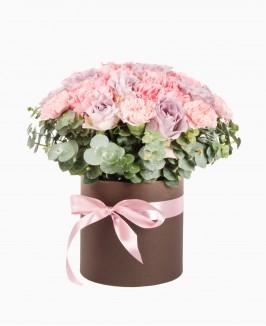 Gėlių dėžutė su rožėmis ir eukaliptais