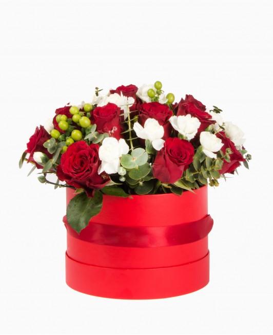 Gėlės raudonoje dėžutėje