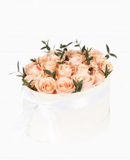 Rožės ovalioje dėžutėje