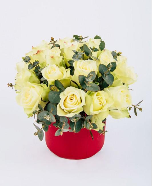 Gėlių dėžutė su baltomis rožėmis