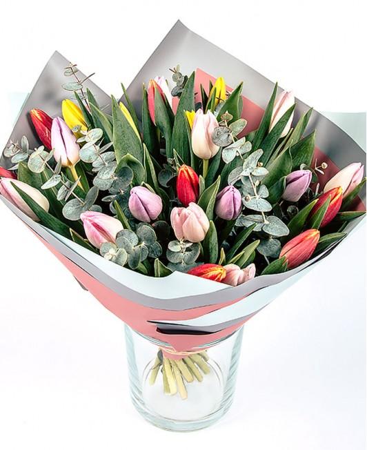Įvairių spalvų tulpės su eukaliptu