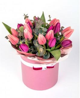Rožinė gėlių dėžutė su tulpėmis