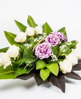 Gedulo kompozicija su rožių žiedais