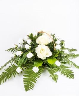 Gedulo kompozicija su dirbtinėmis rožėmis