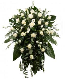 Gedulo kompozicija su baltomis gėlėmis ir paparčio lapais