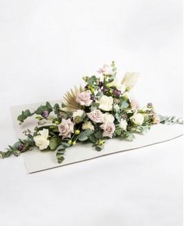 Gedulo gėlių kompozicija su pastelinės spalvos rožėmis