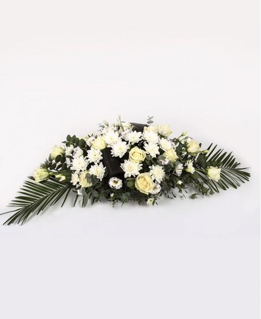 Gedulo kompozicija su baltomis rožėmis ir chrizantemomis