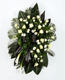 Vainikas su rožėmis, eustomomis ir kalijomis