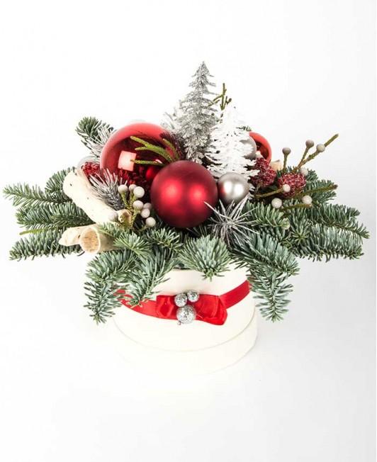 Balta Kalėdinė kompozicija su raudonais akcentais