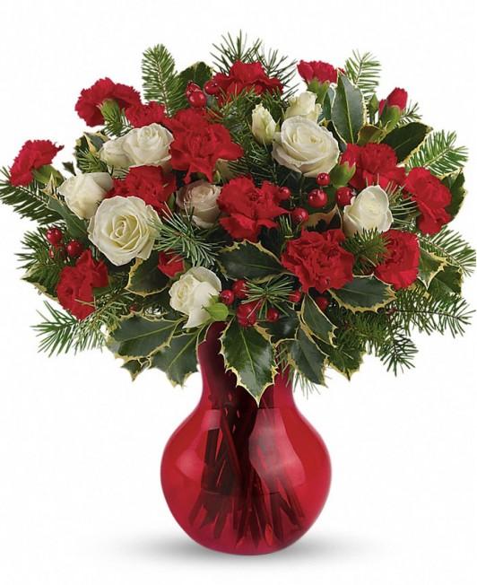 Kalėdinė puokštė su baltomis rožėmis