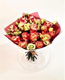 Įvairiaspalvės rožės su eustomomis