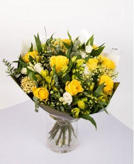 Geltona puokštė su rožėmis ir alstromerijomis