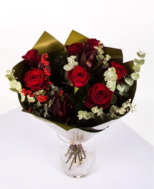 Raudonų rožių puokštė su eukaliptu