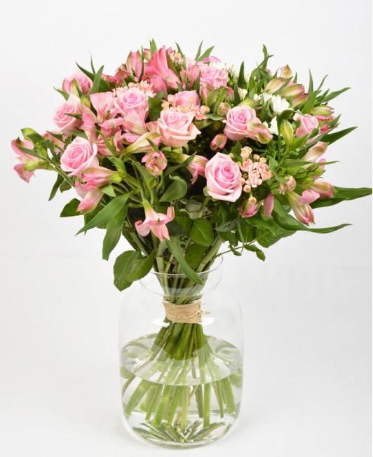 Gėlių puokštė su rožėmis ir alstromerijomis