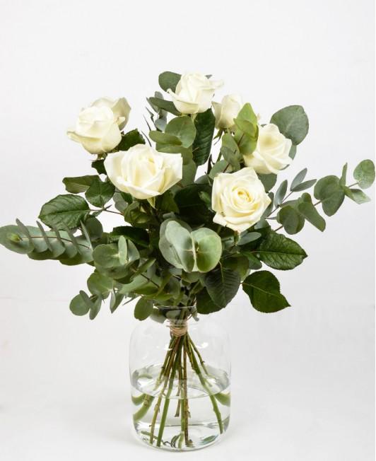 Puokštė su baltomis rožėmis