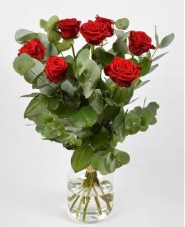 Puokštė su raudonomis rožėmis