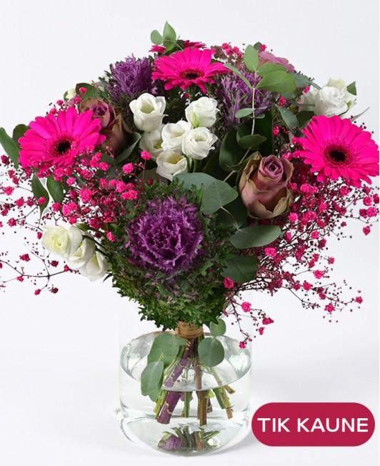 Ryškiai rožinių gerberų puokštė su dekoratyviniais kopūstais