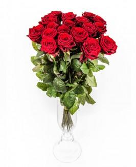 Raudonos rožės stiklinėje vazoje