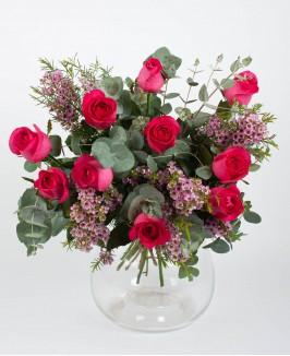 Puokštė su eukaliptu ir ryškiai rausvomis rožėmis
