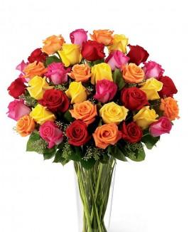 Geltonų, rožinių ir raudonų rožių puokštė