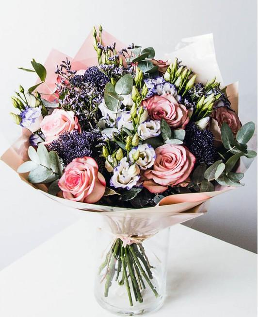 Įvairiaspalvė rožių ir eustomų puokštė su eukaliptu