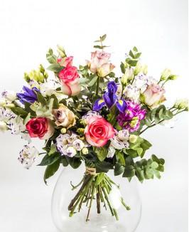 Įvairių gėlių puokštė su irisais