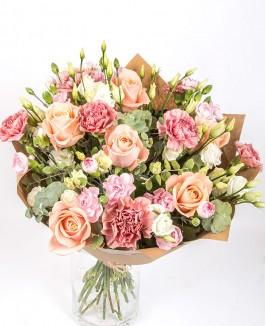 Pastelinių rožių puokštė su gvazdikais