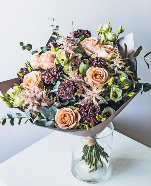 Puokštė su rožėmis, gvazdikais ir astilbėmis