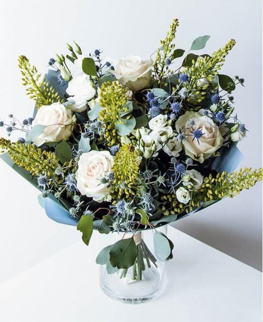 Puokštė su šviesios spalvos rožėmis ir eremūrais