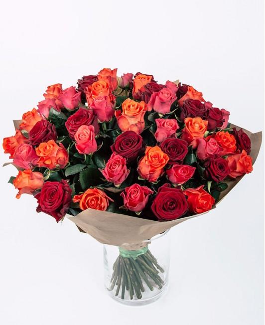 Rožinių, raudonų ir oranžinių rožių puokštė