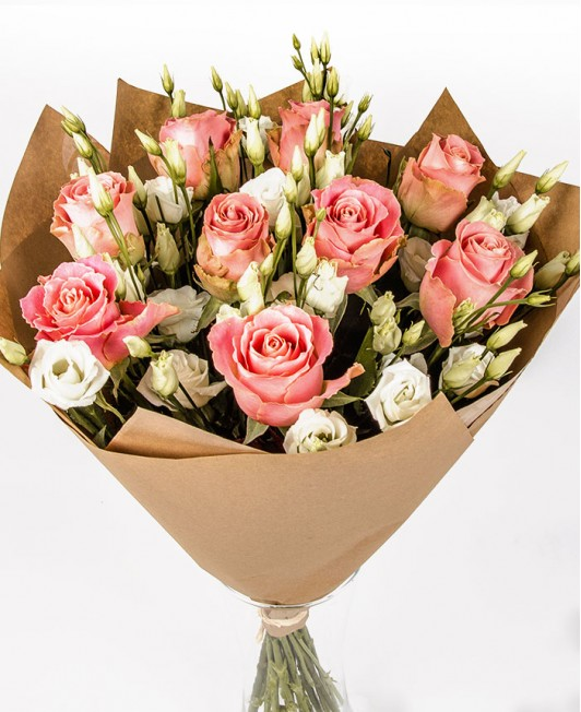 Rožinių rožių puokštė su eustomomis