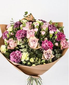 Rožių ir violetinių gvazdikų puokštė