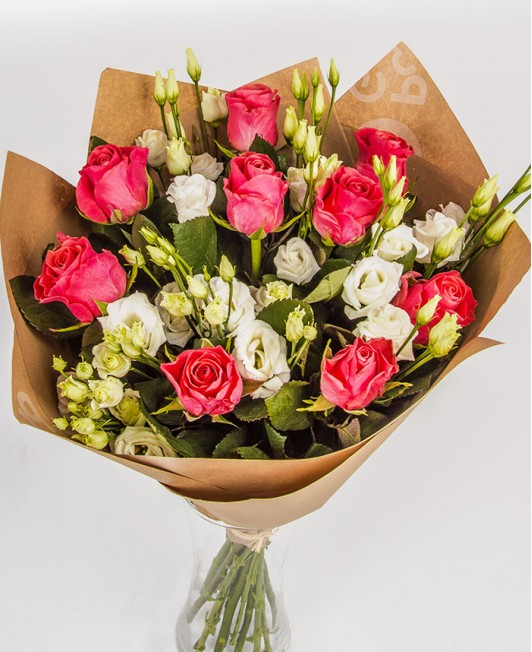 Ryškiai rožinių rožių puokštė su eustomomis