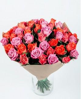 Švelniai rožinių ir oranžinių rožių puokštė