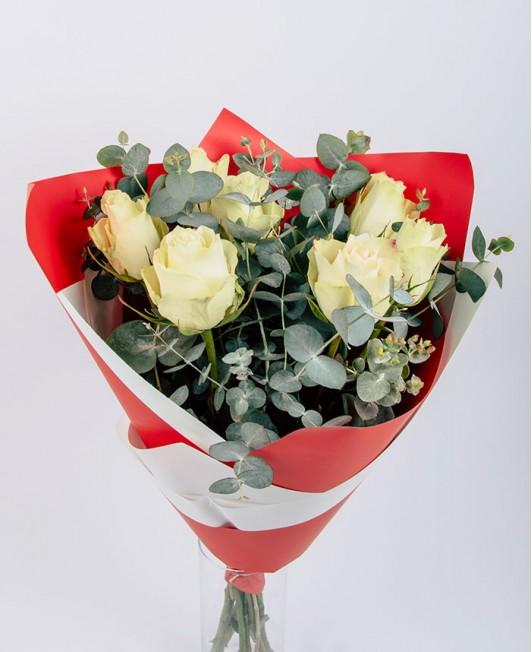 Valentino dienos puokštė su baltomis rožėmis
