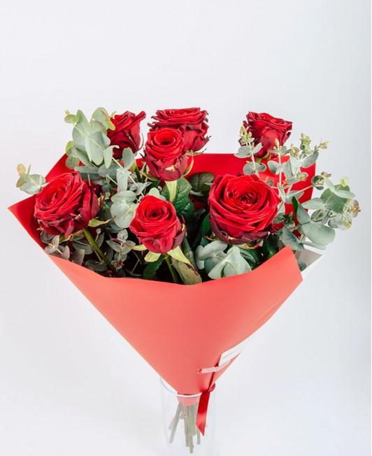 Valentino dienos puokštė su raudonomis rožėmis