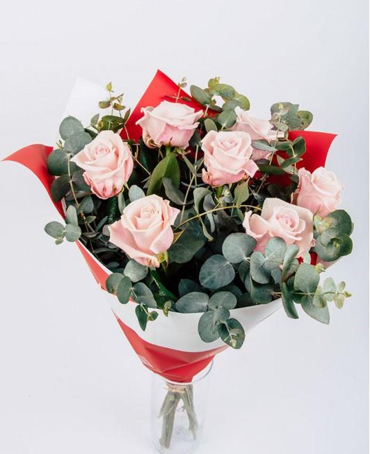 Puokštė su švelniai rožinėmis rožėmis