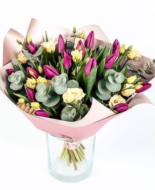 Violetinių tulpių puokštė su eustomomis
