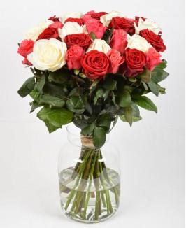 Rožinių, raudonų ir baltų rožių puokštė