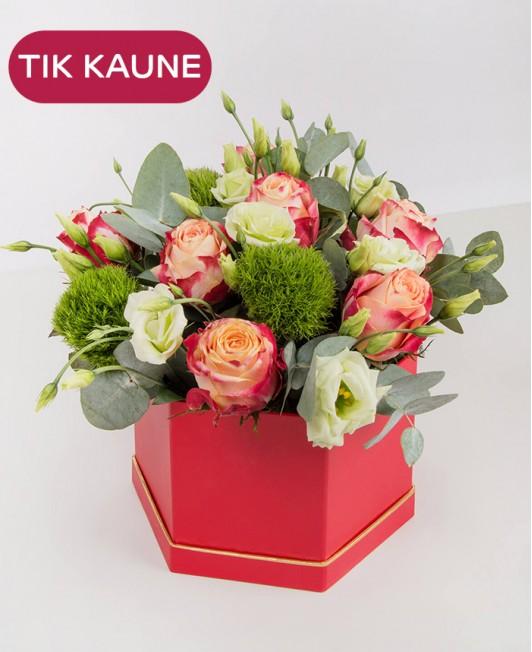 Raudona įvairių gėlių dėžutė
