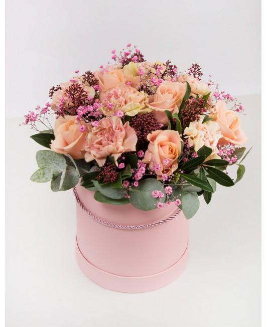 Rožinė dėžutė su įvairiomis gėlėmis