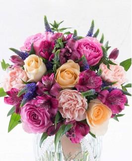 Įvairių rožių puokštė su veronikomis