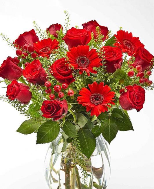 Raudonų gėlių puokštė