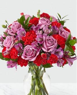 Raudonų gvazdikų ir rožių puokštė
